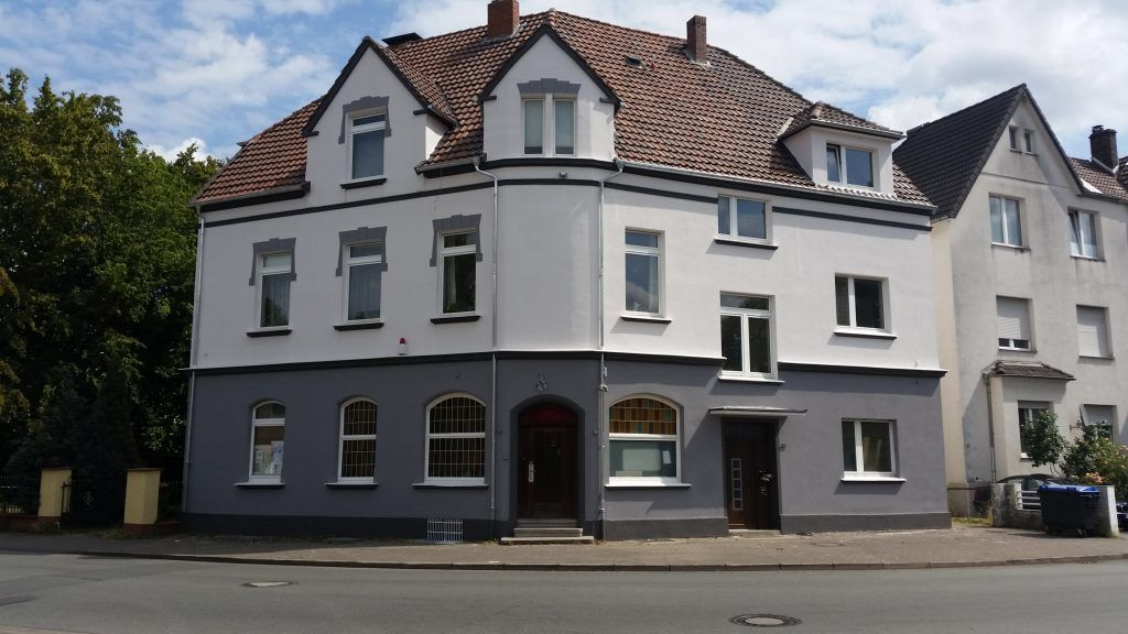 Ein Foto von dem Haus, in dem der HAckerspace Bielefeld e.V. seine Räumlichkeiten hat. Es ist ein Eckhaus mit zwei Etagen und einem Dachgeschoss.